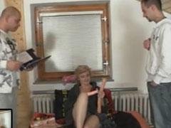 Oma bezahlt ihr Porto mit Sex