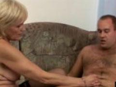 Schlanke Oma von ihrem Nachbarn gefickt