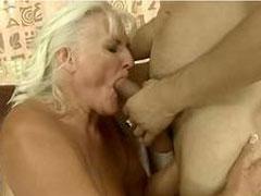 Alte Frau macht einen auf junge Fotze
