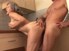 Der Herr Nachbar fickt Oma in der Küche