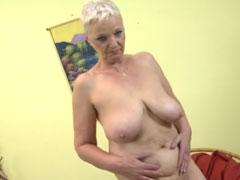 Hübsche 70 Jährige masturbiert für euch