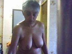 Nackte Oma heimlich in ihrer Wohnung gefickt