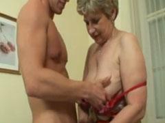 Amateur Oma vor der Kamera gefickt