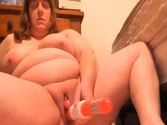 Mega fette Oma steckt sich einen Dildo rein