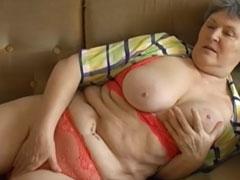 Oma ist fett und geil auf einen Fick