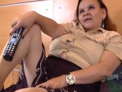 Oma schaut sich Pornos an und masturbiert