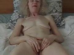 Uralte Oma masturbiert in ihrem Bett