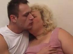 Fette Oma mit verdammt geilen dicken Möpsen