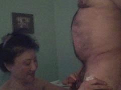 Asiatische Oma bläst ihrem Mann den Schwanz