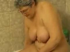 Oma badet nackt im Bad