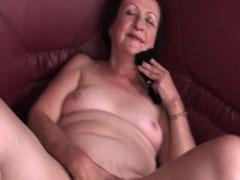 Oma masturbiert notgeil auf ihrer Couch