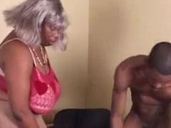 Schwarze, extrem fette Oma von jungem Mann gefickt