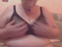 Russische Oma mit geilen grossen Natur Möpsen
