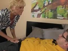 Oma ist geil auf einen jungen Schwanz