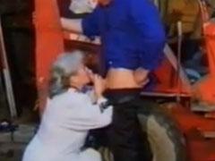 Alte Frau im dreckigen Schuppen gefickt