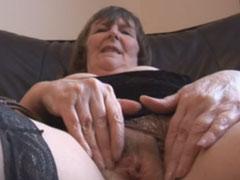 Oma massiert sich die haarige Muschi