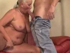 Fetter Bauch und dicke Titten, das ist eine geile Oma
