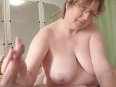 Oma verpasst ihrem Opa einen Handjob