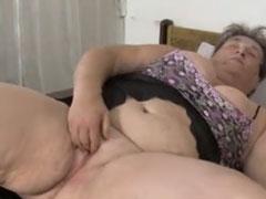 Junge Nachbarin hilft Oma beim Masturbieren