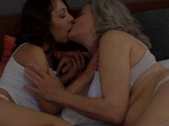 Hübsche Oma fickt mit junger Lesbe