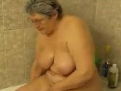 Fette Oma fickt sich selbst in der Badewanne