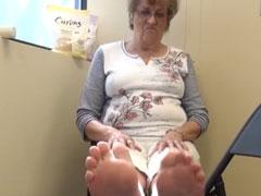 Oma zeigt ihre alten Füsse