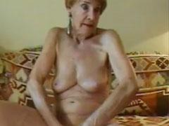 78 Jährige masturbiert vor der Amateur Kamera