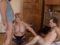 Oma leckt gerne junge Arschlöcher