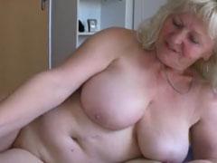 Zwei fette Omas und ihr geiler Stecher