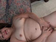Fette Oma masturbiert auf dem Boden