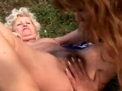 Lesbische Omas lecken sich draussen auf der Wiese
