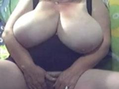 Oma mit extem dicken Schwabbeltitten vor der Webcam