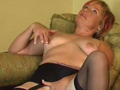 Oma masturbiert auf der Couch