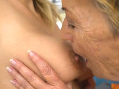 Oma leckt junge Titten