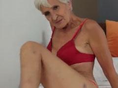 80 jährige schlanke Oma macht die Beine breit