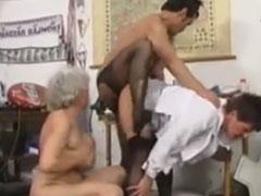 Zwei alte fette Omas sind scharf auf einen Jungschwanz