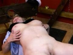 Oma von einer fetten Lesbe ausgepeitscht und gefickt