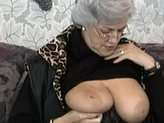 Strenge Oma zeigt euch mal ihre dicken Möpse