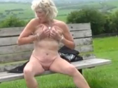 Sexy Omi zeigt euch ihre geilen kleinen Titten