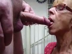 Oma hat gerne junge Schwänze zwischen den Wangen