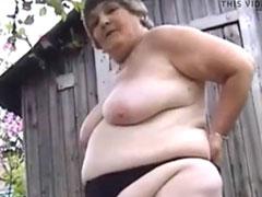 Fette, eklige Oma pisst in ihrem Garten