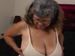 Alte Grossmutter steht auf ihre dicken Titten