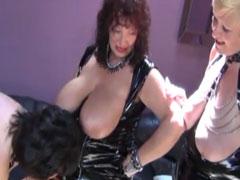 Lesbe fickt fette Oma mit Dildo von hinten
