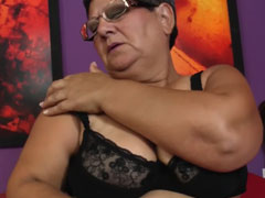 Fette Oma streichelt ihre dicke Fotze