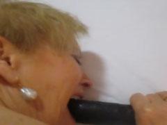 Oma beisst auf ihren Dildo beim Ficken
