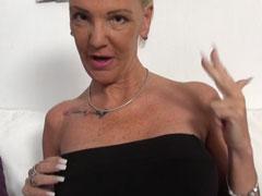 Sexy Oma zeigt euch ihre junggebliebene Fotze