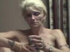 Oma fingert sich im Suff die Möse vor der Webcam