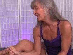 Ein Handjob von der geilen Oma