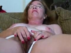Wilde masturbation auf der heimischen Couch