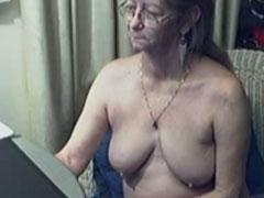 Oma nackt vor ihrem PC